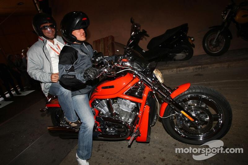Ils ont posé avec une Harley, uniquement les People Imag1510