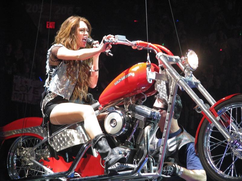 Ils ont posé avec une Harley, uniquement les People - Page 3 Imag1630
