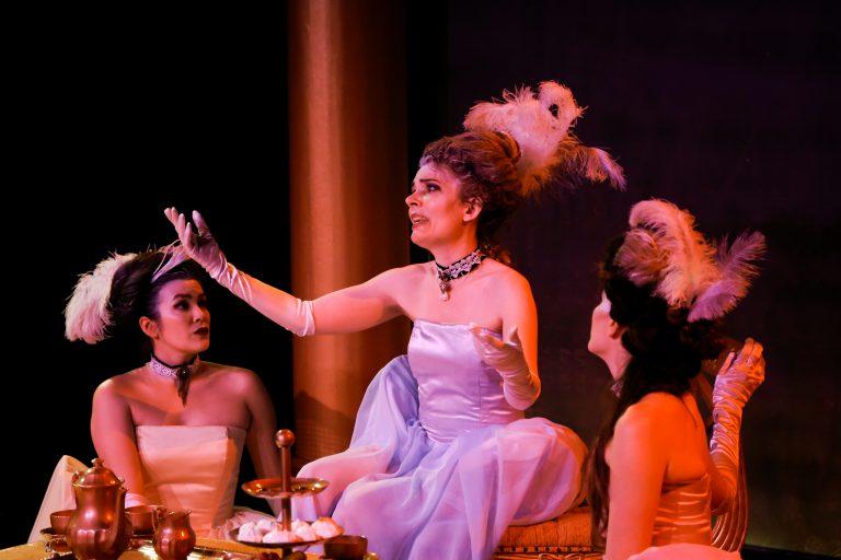 Marie-Antoinette arrive au Curio Theatre Pic-7610