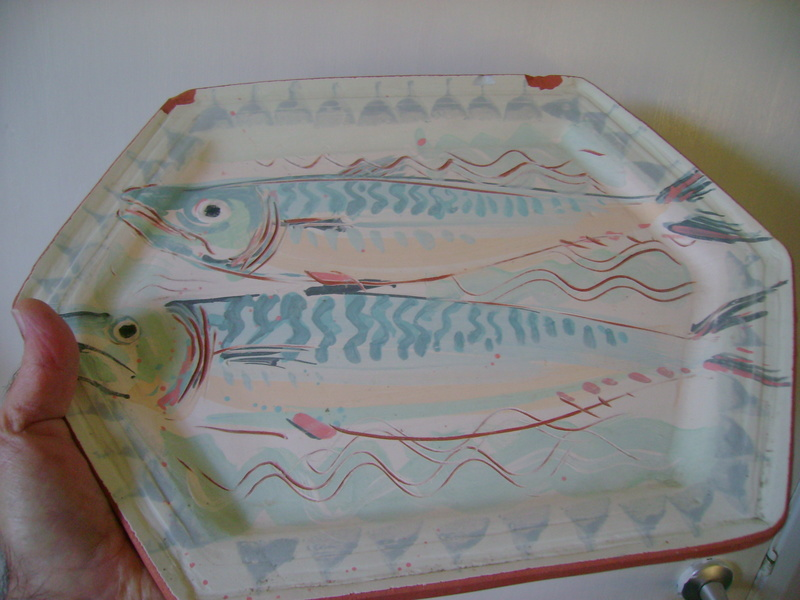 A terracotta platter, decorated with fish & an impressed mark - DROITWICH Dsc05522