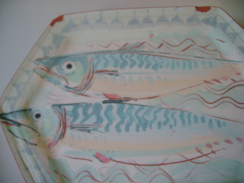 A terracotta platter, decorated with fish & an impressed mark - DROITWICH Dsc05523
