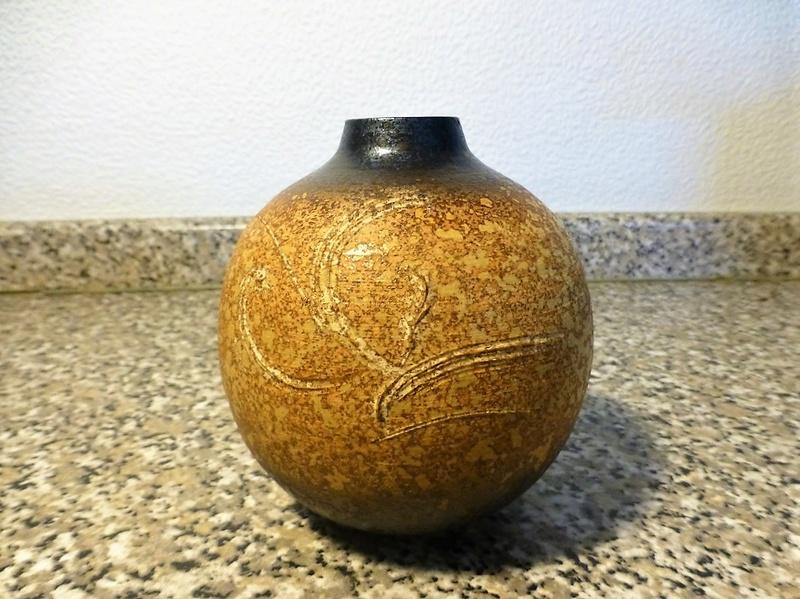 Distinctive Sgraffito Decorated pots - Japanese mark P1080811