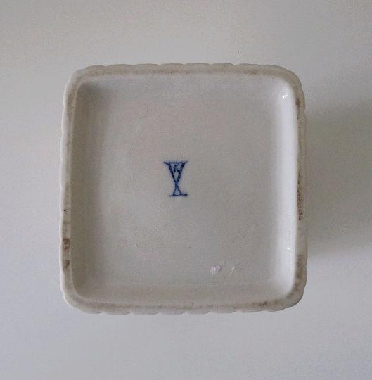 Ceramic mark closed X with K inside? 70s white and gold vase. Vase_211