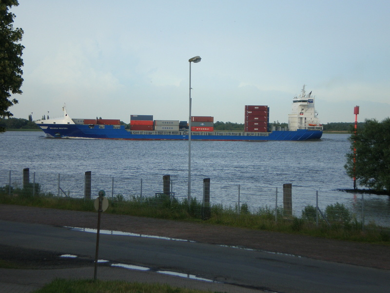 Auf der Elbe ist immer was los. Beluga10