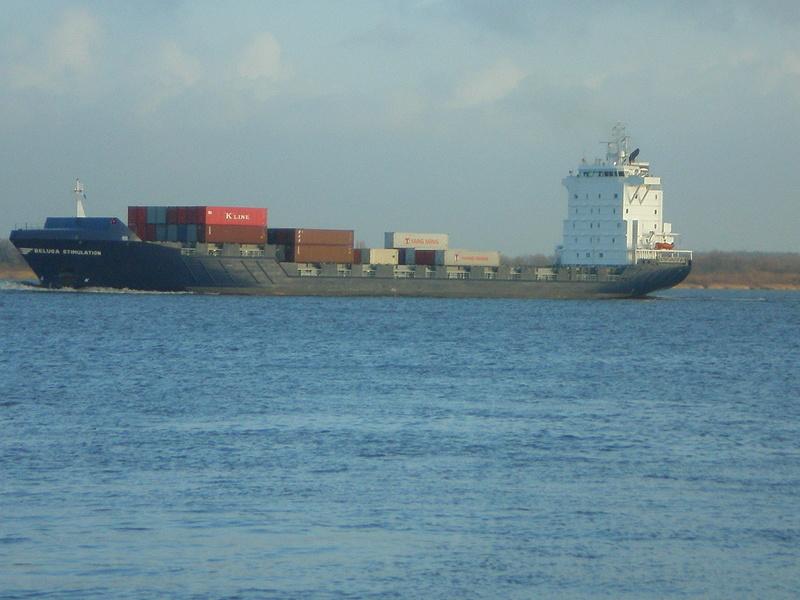 Auf der Elbe ist immer was los. Beluga11