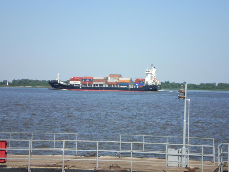 Auf der Elbe ist immer was los. Fantom10