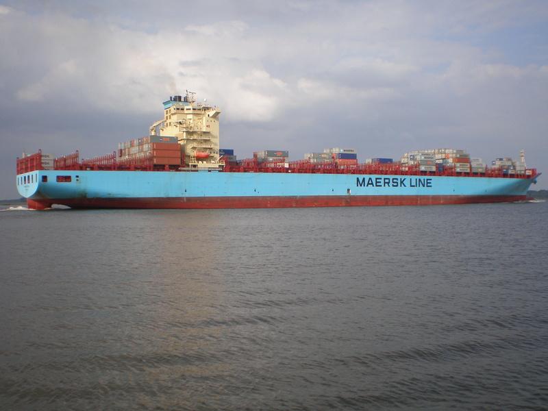 Auf der Elbe ist immer was los. Maersk10