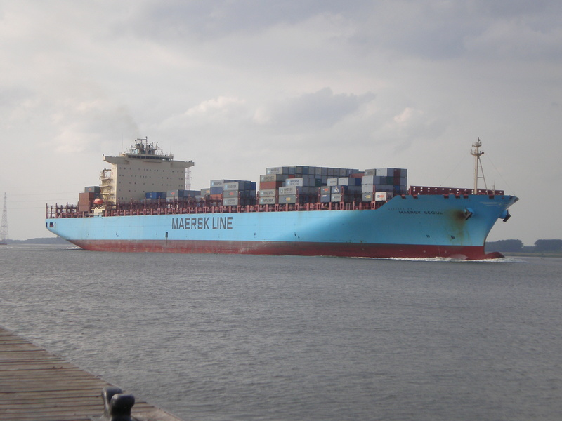Auf der Elbe ist immer was los. Maersk11