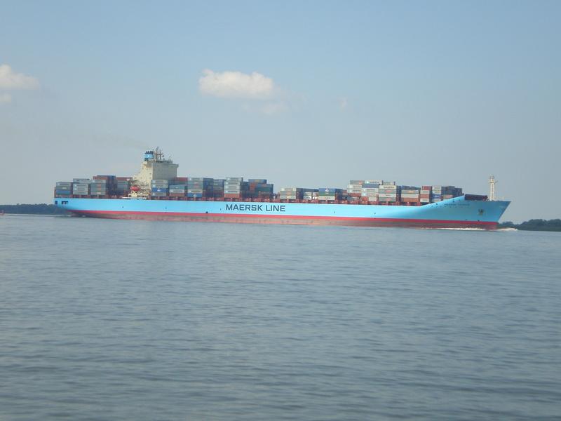 Auf der Elbe ist immer was los. Maersk12