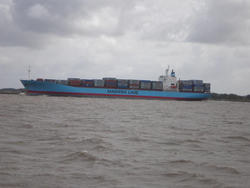 Auf der Elbe ist immer was los. Maersk13