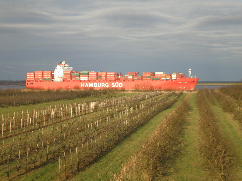 Auf der Elbe ist immer was los. Monte_10