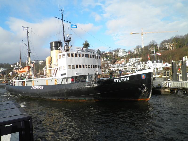 Auf der Elbe ist immer was los. Pc290010