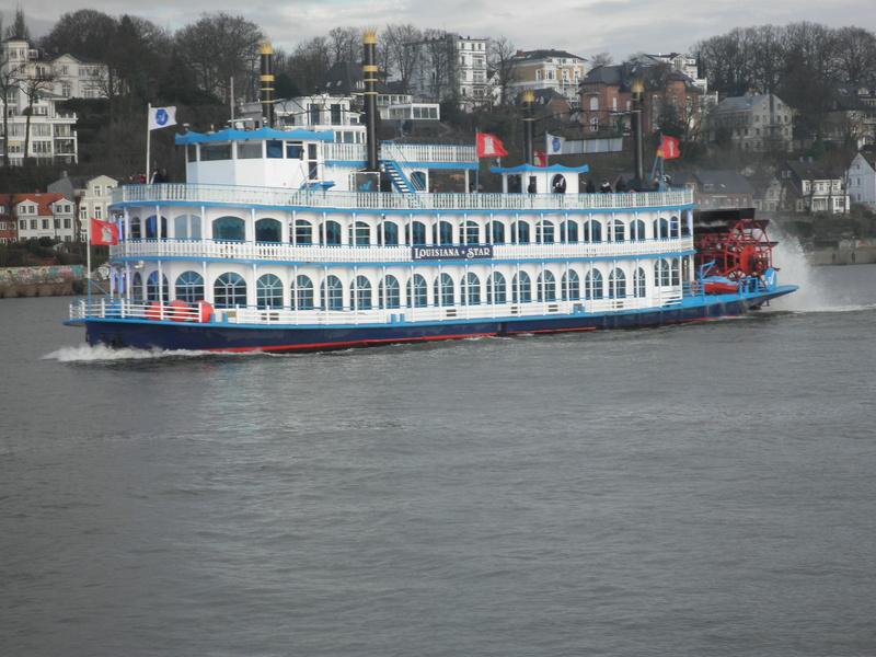 Auf der Elbe ist immer was los. Pc290013