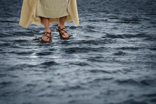 ♦ Apocalypse 10 : 2: Le pied droit sur la mer et le pied gauche sur la terre Dreams37