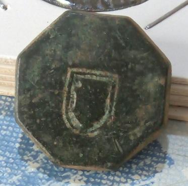 Pieza de bronce octogonal extraña  . 5a36