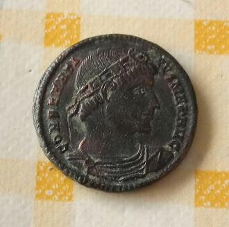 AE3 de Constantino I. CONSTANTINIANA DAFNE. Constantinopla 683
