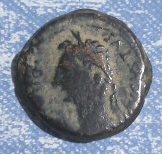 Augustus regardant vers la gauche. R / Bannières 857