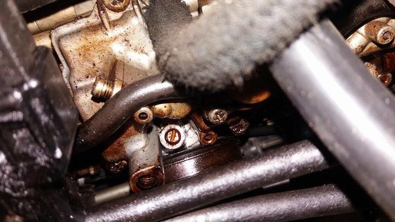 óleo no carburador e por toda parte de cima do motor.  Mo411