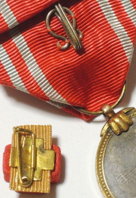 La médaille du mérite de la croix rouge WWII : Agrafe10