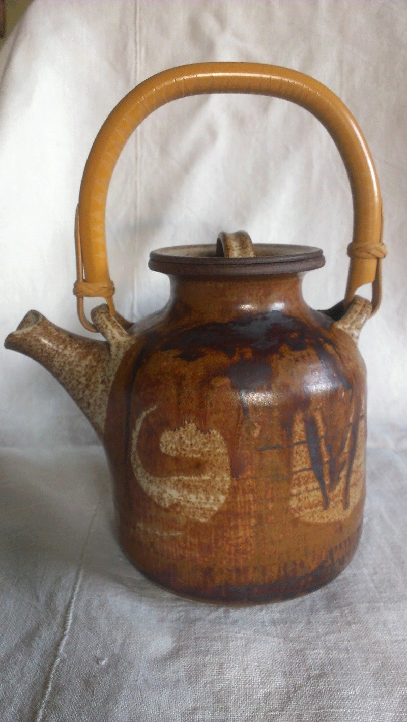 Fine cane handle studio teapot - indistinct signature any idea? Imag2712