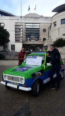 Un équipage du 4L Trophy en compagnie de ma R6 à Argenteuil ! 4l_tro10