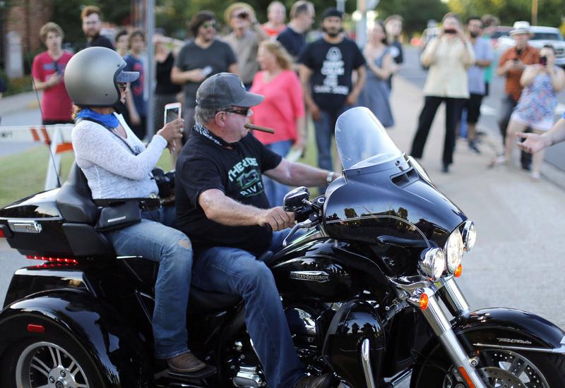 Ils ont posé avec une Harley, principalement les People - Page 20 R960-710