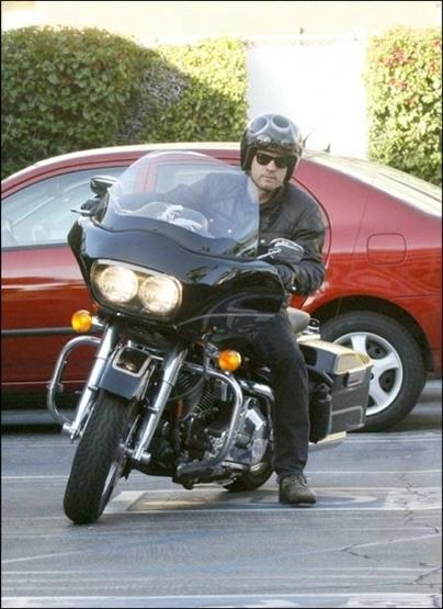 Ils ont posé avec une Harley, principalement les People - Page 20 S1-ewa10