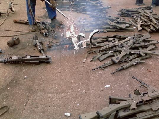 FOTOS DE DESTRUCCION DE DIFERENTES MODELOS DE CETME Y OTRAS ARMAS DEL PATRIMONIO Destru10