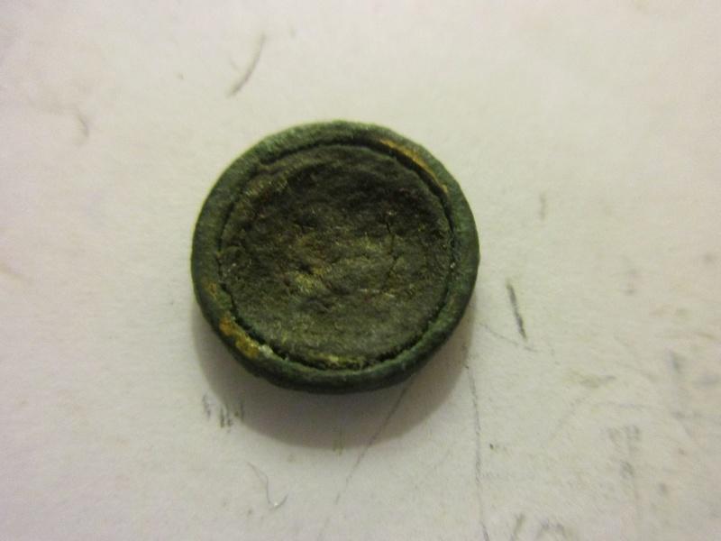 Un tout petit bouton avec une ancre Img_6130