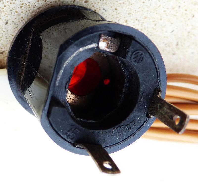 Voyant d'alerte frein : fil rouge sur bouton rouge ......... P1140710
