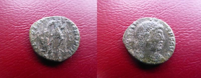 AE3 de Valente. GLORIA RO-MANORVM. Emperador avanzando a dcha. arrastrando a cautivo. Tesalónica. P1060110