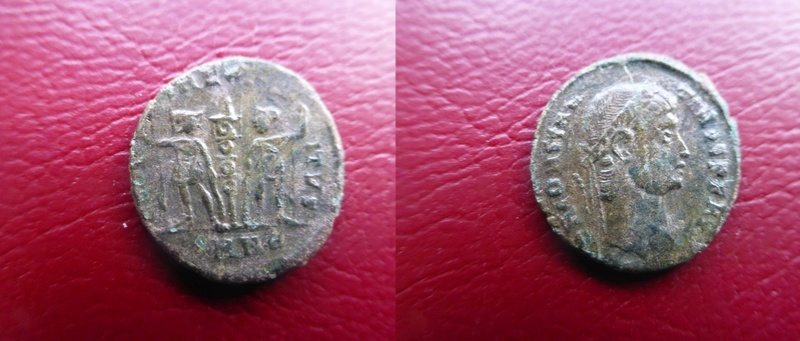 AE4 de Constantino II. GLORI-A EXER-CITVS. Un estandarte entre dos soldados. Nicomedia. P1060111