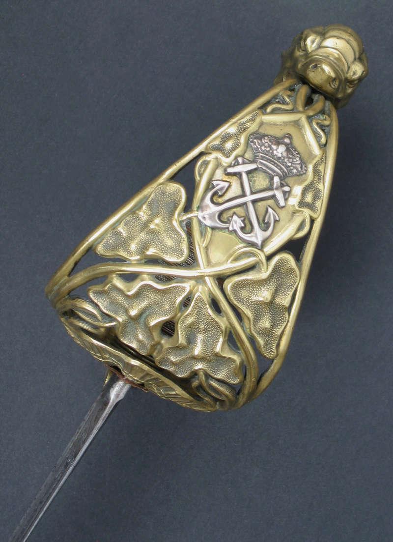 Animal mythique sur la calotte d'un sabre. Img_0315