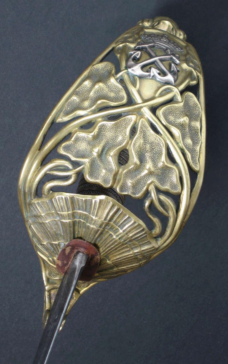 Animal mythique sur la calotte d'un sabre. Img_0316