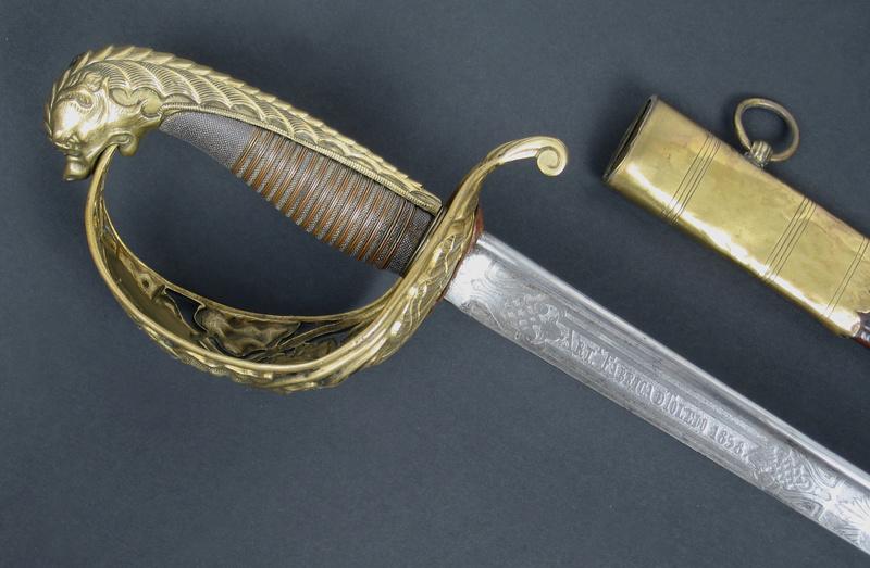 Animal mythique sur la calotte d'un sabre. Img_0318