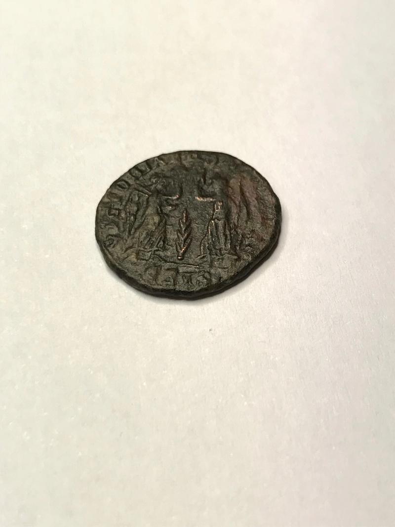 AE4 de Constancio II. VICTORIAE DD AVGGQ NN. Dos Victorias enfrentadas. Siscia. Img_5115