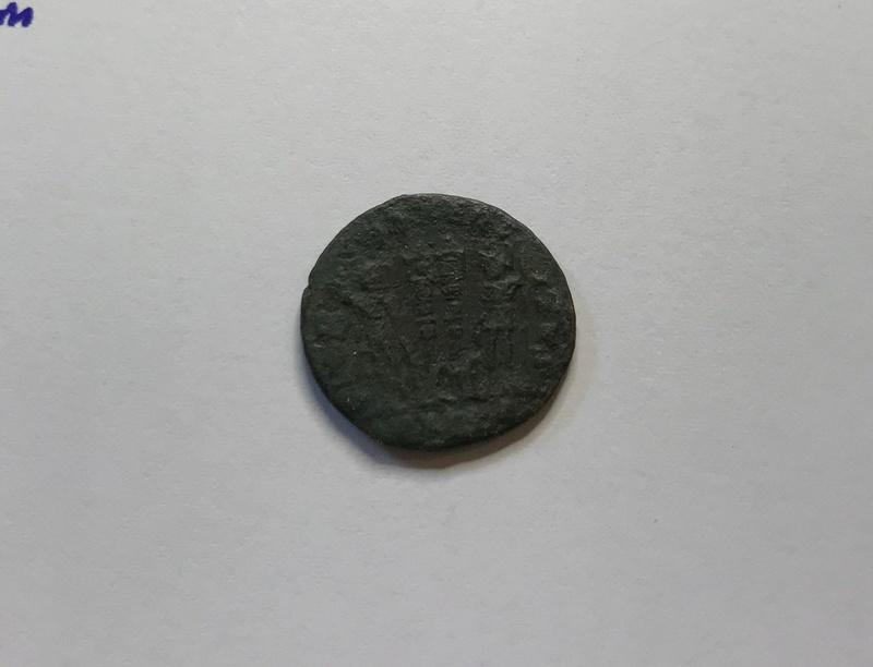 AE3 de Constantino II. GLOR-IA EXERC-ITVS. Dos estandartes entre dos soldados. Cyzicus.  Img_5127
