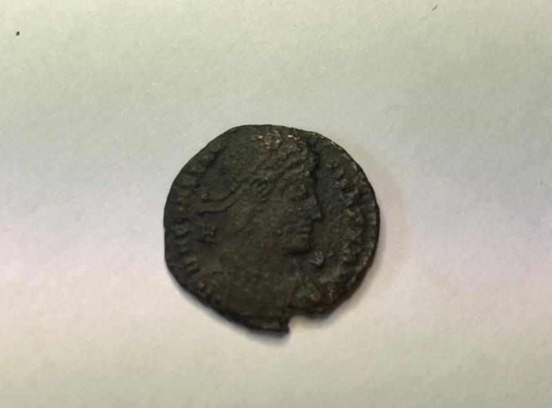 AE2 de Constancio II. CONCORDIA – MILITVM. Constancio II estante de frente con dos estandartes. Siscia. Img_5133