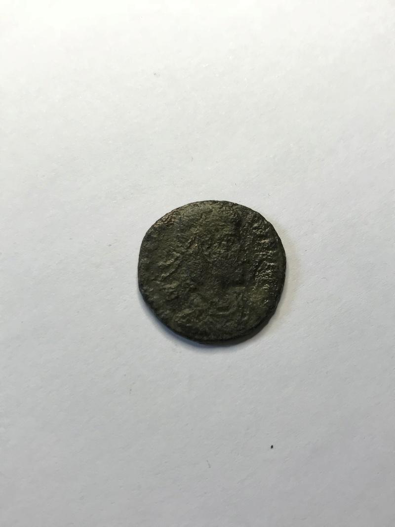 AE2 de Constancio II. HOC SIG-NO VICTOR ERIS. Constancio II siendo coronado por Victoria. Sirmium. Img_5135