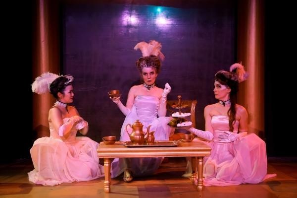 Marie-Antoinette arrive au Curio Theatre 29273812