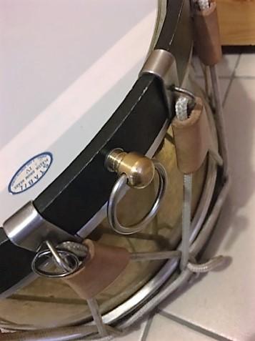 Attache pour faire tenir le tambour sur une ceinture 23021910