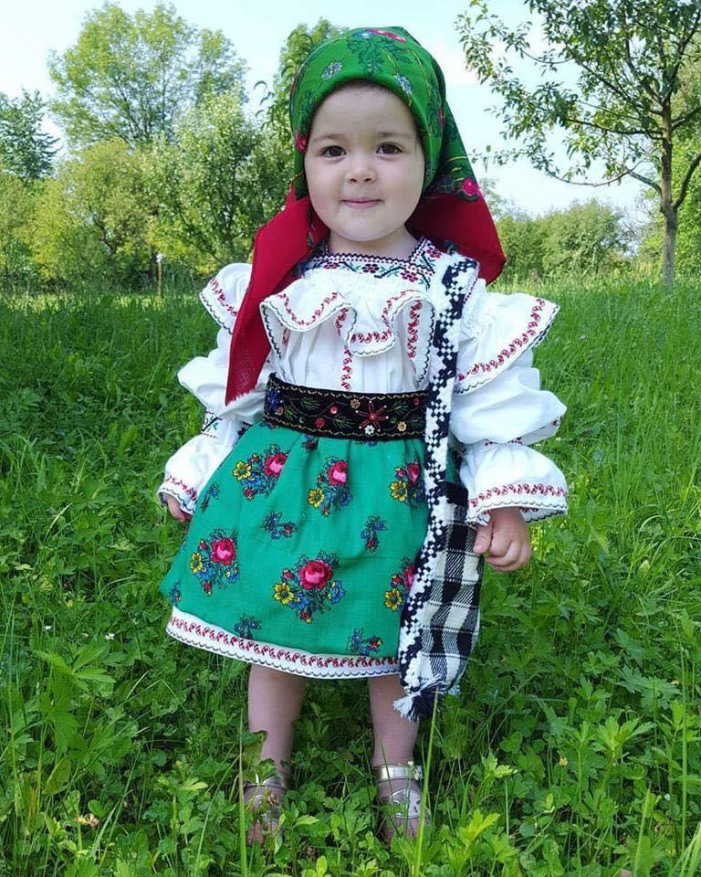 Petite roumaine en costume traditionnel  15726910
