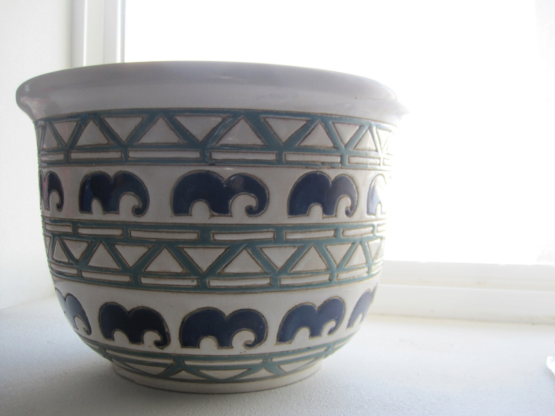 Pot with abstract elephant design - probably new-ish Img_0913