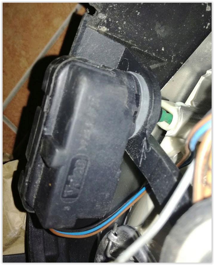 demontaz/montaz servomotoru regulacie sklonu svetlometu Screen10