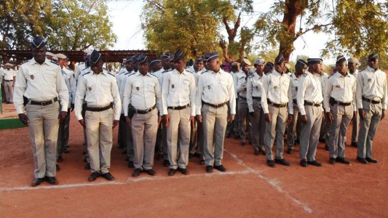 Propositions d'uniformes pour la police et la douane Impériales Sam_0810