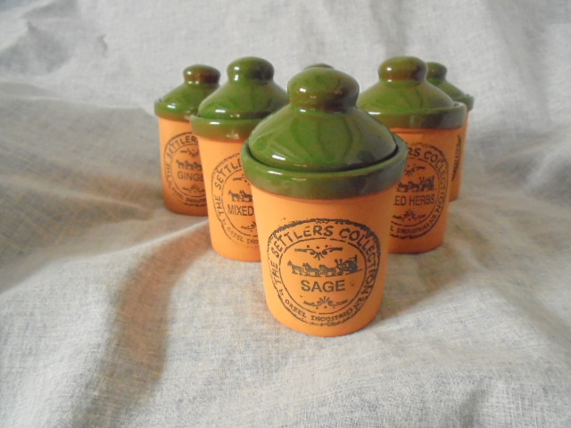 Orzel Settlers Collection - Spice jars in terracotta and green Dsc02924