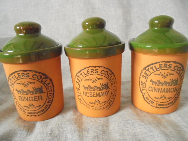 Orzel Settlers Collection - Spice jars in terracotta and green Dsc02926