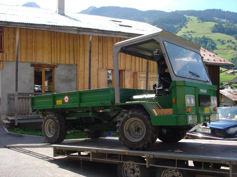 Des véhicules dans la cour Dsc05012
