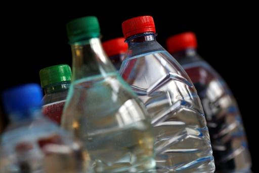 L'eau en bouteille de plusieurs marques contaminée par des particules de plastique 01925f10