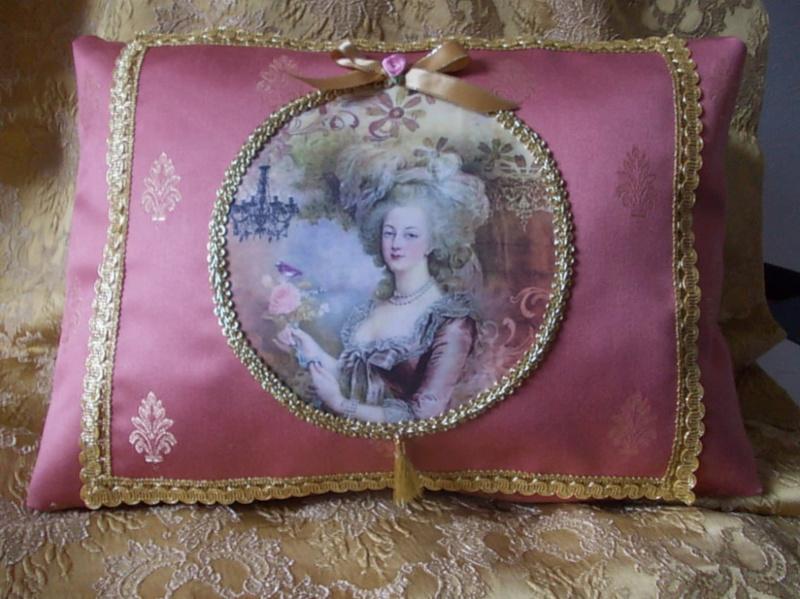 """Coussin """"Marie-Antoinette à la rose"""" 18486010"""